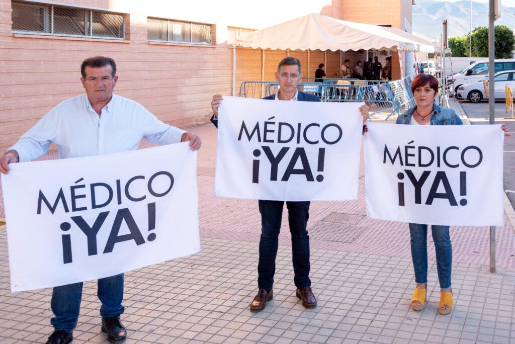 José Miguel Alarcón, José Luis Sánchez Teruel y Maribel Carrión, junto al centro de salud de Ejido Norte