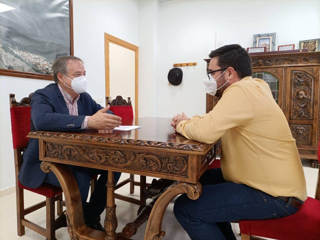 José Díaz, alcalde de Tabernas en reunión